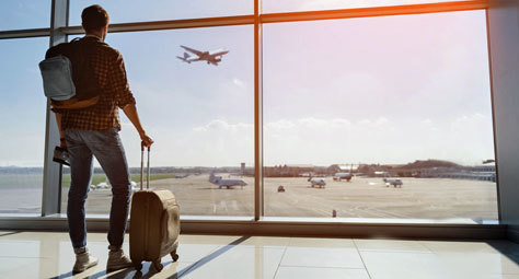 Un viajero espera un avión en la terminal.