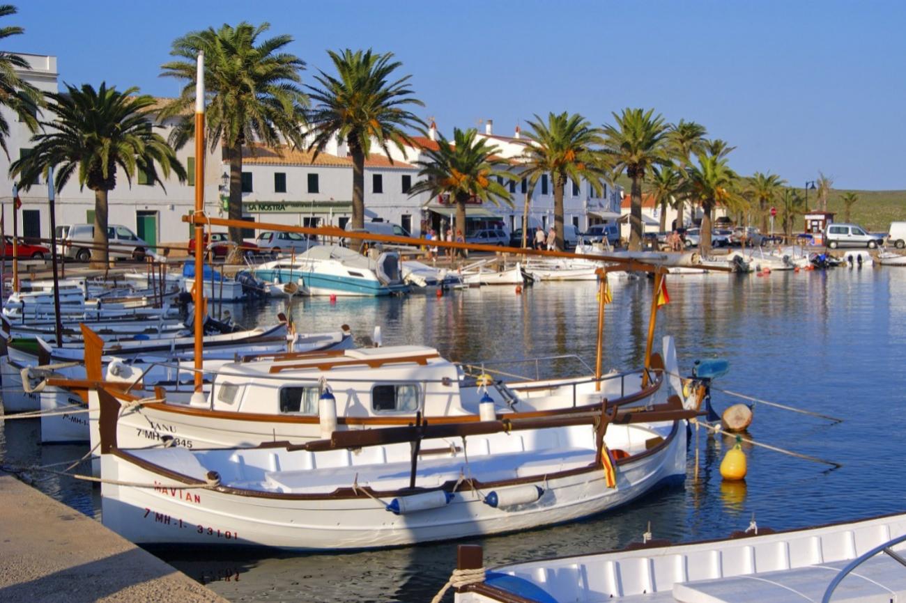 Pueblo de pescadores que conserva un puerto tradicional y la esencia de una de las recetas tradicionales más reconocidas de Menorca: <strong>la caldereta de langosta </strong>(la más famosa la del restaurante Es Cranc). En la localidad de Fornells, situada al norte de la isla, solo están censados unos 870 habitantes, pero cuenta con siete hoteles (como los de cuatro estrellas Tramontana Park y Carema Club Play) y apartamentos turísticos. La mejor foto de la bahía de la localidad se consigue desde la <strong>Torre de Fornells</strong>, una construcción británica de 1802 levantada para defender el vecino Castillo de San Antonio. Ejemplos también de la tradición de la zona son las dos salinas de Tirant y La Concepción del siglo XVIII. A 6 km, se puede visitar el Faro del Cabo de Cavallería y su playa roja, punto de partida de todas las calas del norte, las más salvajes de la isla: Pregonda y Pilar. Y, en 12 km hacia el interior, se llega al Monte Toro, <strong>la cima de Menorca, que ofrece la panorámica más espectacular de la zona.