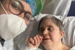 Teresa Navarro (izqda.) y Conchi Henares, en la habitación 229 del Hospital de Villarrobledo (Albacete).