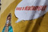 La 'Virgen María' llama a la población a mantener la distancia en un mural en Nápoles (Italia)