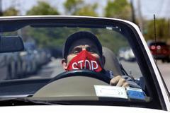 Un hombre conduce con mascarilla en Nueva York