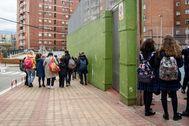 Alumnos de un colegio concertado vizcaíno tras la decisión de su cierre por el confinamiento.