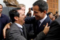 El embajador francés en Venezuela, Romain Nadal, saluda a Juan Guaidó, en 2019.
