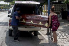 Una pareja carga un ataúd vacío, en Managua.