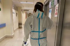 Un sanitario con traje EPI, en el hospital de Málaga.