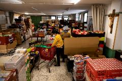 Voluntarios reparten alimentos en la parroquia de San Juan de Dios de Vallecas
