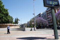 Una mujer con mascarilla camina por el centro de Córdoba.