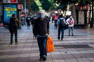 Un ciudadano camina protegido, en Santiago de Chile.