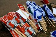 Banderas israelíes y carteles de Benjamin Netanyahu junto a Benny Gantz, en una protesta contra la formación del Gobierno, en Jerusalén.