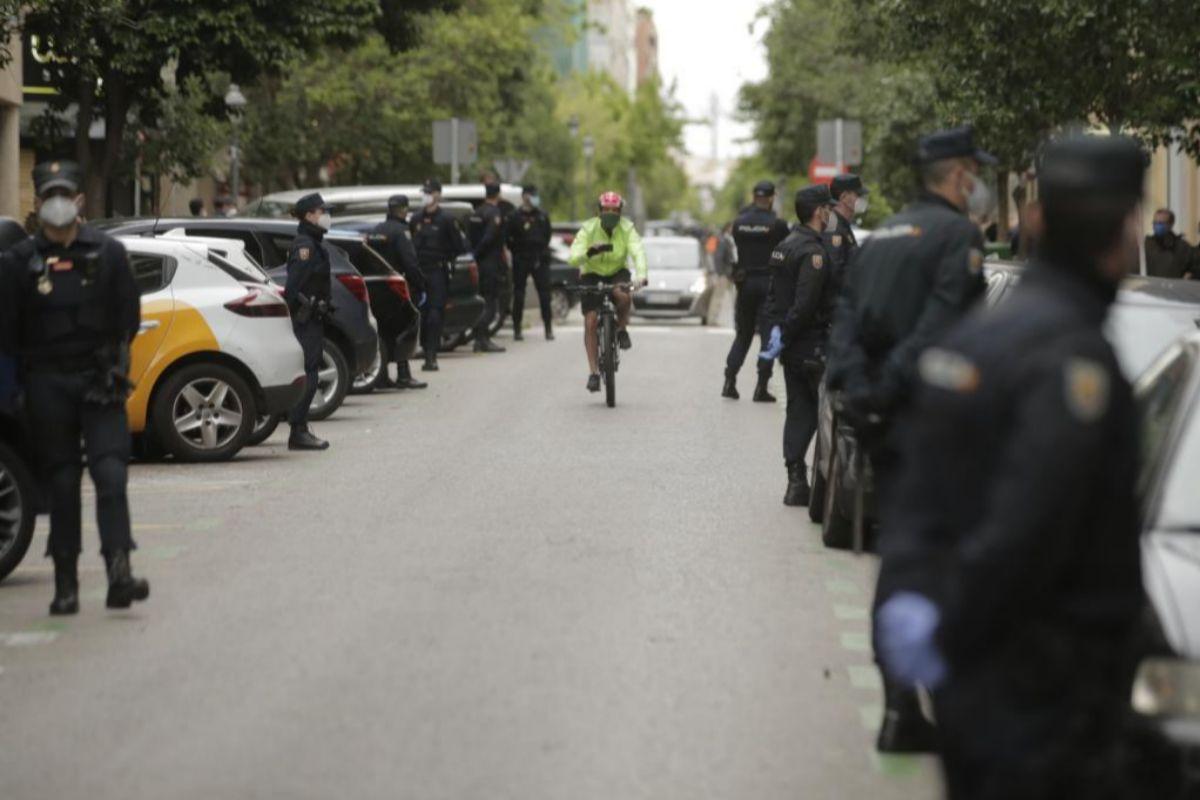 Despliegue policial en la calle de Núñez de Balboa, antes de comenzar la revuelta de las cacerolas contras Sánchez.
