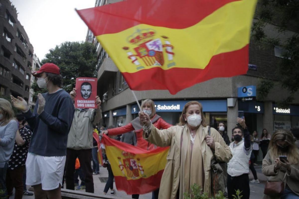 Varias personas protestando contra el Gobierno en la calle de Núñez de Balboa el jueves por la tarde.
