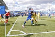 Mata cubre el balón ante Funes Mori, en el Getafe-Villarreal (2019).