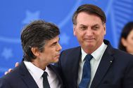 El presidente brasileño, Jair Bolsonaro, junto a Nelson Teich.