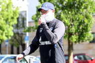 Gelsenkirchen (Germany).- Schalke's head coach David Wagner wearing a protective face mask leaves the team quarantine hotel in Gelsenkirchen, Germany, 14 May 2020. Due to the gradual relaxation of the restrictions imposed to slow down the spread of the pandemic COVID-19 disease caused by the SARS CoV-2 coronavirus, Schalke 04 is set to face lt;HIT gt;Bundesliga lt;/HIT gt; rivals Borussia Dortmund on 16 May 2020 without spectators. (Alemania, Rusia) EPA/