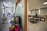 Empleadas de servicios de limpieza acondicionan un colegio de Valencia.