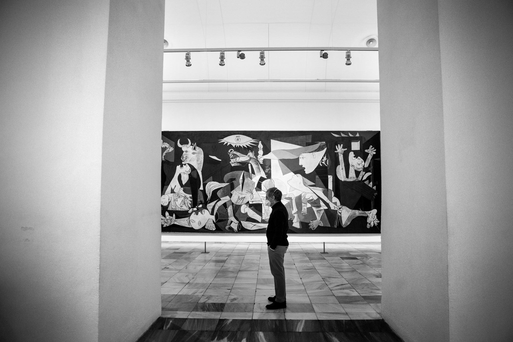 El director del Reina Sofía, Manuel Borja-Villel frente al Guernica de Picasso.