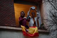 """GRAF6060. MADRID (ESPAÑA).- Dos vecinas del madrileño barrio de Salamanca se manifiestan desde una ventana con una """" lt;HIT gt;cacerolada lt;/HIT gt;"""" contra el Gobierno por la gestión en la crisis del coronavirus, este viernes en Madrid."""