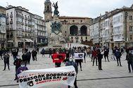 Simpatizantes de la izquierda 'abertzale' reclaman la libertad para los etarras, hoy, en Vitoria.