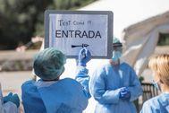 Sanitarios preparan una carpa de tests rápidos en Ciutadella, Menorca.