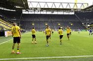 Eran casi las 16.00 horas cuando Erling Haaland marcó ante el Schalke el primer gol en las grandes ligas europeas, tras el parón por el Covid-19. El tanto fue festejado con distancia entre los jugadores del Borussia Dortmund.