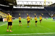 Haaland celebra el primer gol del reinicio de la Bundesliga, con sus compañeros del Dortmund manteniendo la distancia de seguridad.