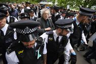 London (United Kingdom).- Police lead away Piers lt;HIT gt;Corbyn lt;/HIT gt; (C), brother of former Labour leader Jeremy lt;HIT gt;Corbyn lt;/HIT gt;, as protesters gather in breach of lockdown rules in Hyde Park in London, Britain, 16 May 2020. British Prime Minister Johnson has called on members of the public that can't work from home to return to their workplace. After weeks of restrictive measures aimed at curbing the spread of the coronavirus disease (COVID-19) pandemic, the British government has been looking at gradually easing restrictions in an effort to restart the economy. (Protestas, Reino Unido, Londres) EPA/