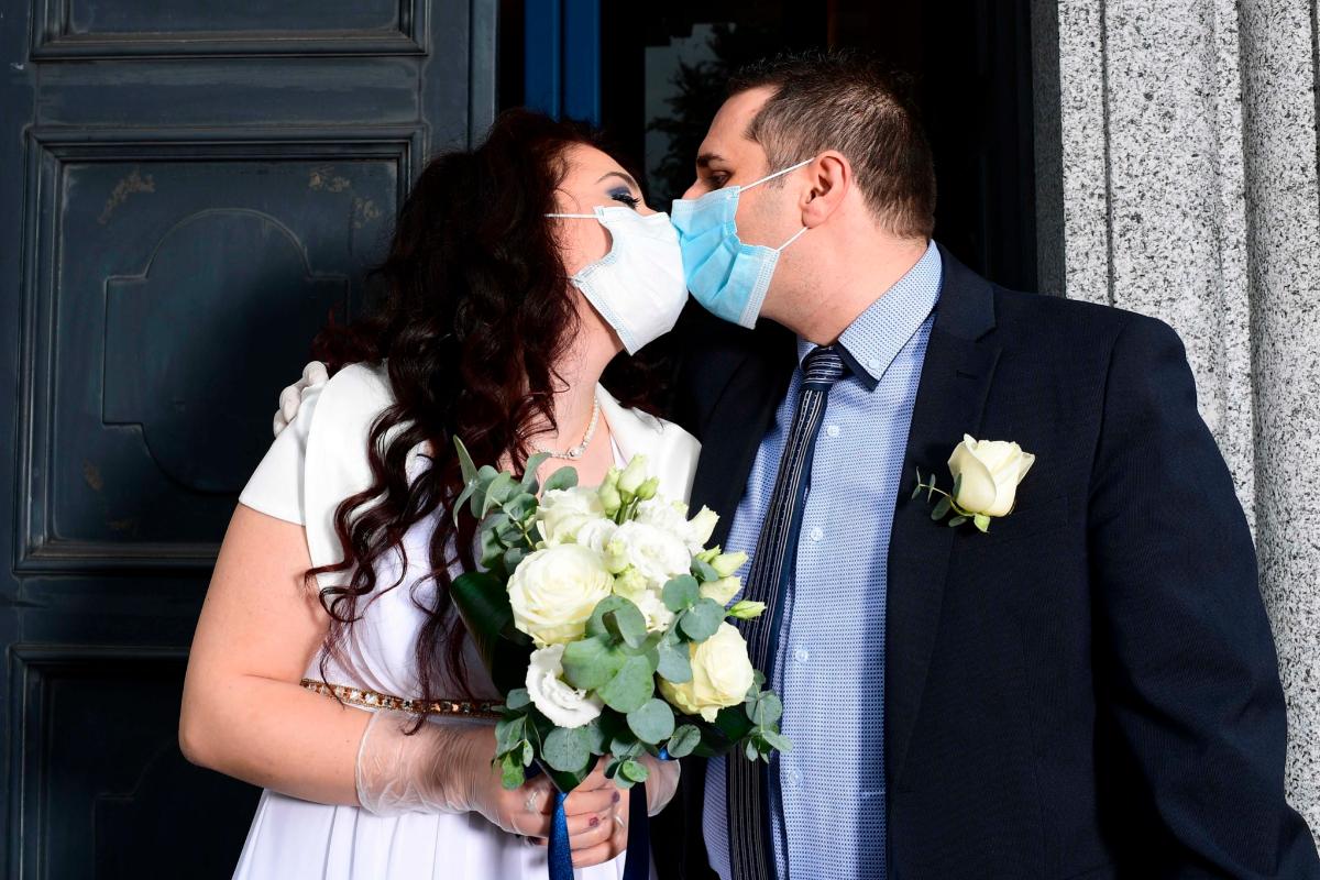 Una pareja celebra su boda la semana pasada en Milán.