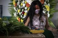 -FOTODELDIA- AME9921. MANAOS ( lt;HIT gt;BRASIL lt;/HIT gt;), 14/05/2020.- Ciudadanos asisten al funeral del cacique Messías Kokama, de 53 años, víctima de covid-19, en el Parque de las Tribos este jueves, en la ciudad de Manaos, Amazonas ( lt;HIT gt;Brasil lt;/HIT gt;). El cacique Messías Kokama, considerado como el principal líder indígena de la ciudad de Manaos, capital del estado brasileño de Amazonas, murió víctima del lt;HIT gt;coronavirus lt;/HIT gt; SARS-CoV-2 y su comunidad lo despedía este jueves sin poder rendirle todos los homenajes con sus tradicionales rituales.