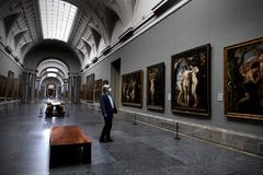 Miguel Falomir, ante Rubens, en la galería central del Prado.