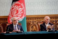 El presidente afgani, Ashraf Ghani (dcha.) y su rival Abdullah Abdullah, rezan tras firmar su acuerdo.