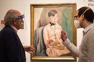 Los galeristas Joan Anton Maragall y Sergio Fuentes, la semana pasada, duranta las labores de reapertura de la Sala Parés de Barcelona.