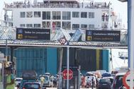 Pasajeros y vehículos embarcando en el puerto de Algeciras en una operación paso del Estrecho de años atrás.