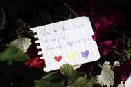 Un ramo de flores y una carta de agradecimiento a Julio Anguita en la capilla ardiente instalada en el Ayuntamiento de Córdoba.