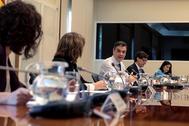 Pedro Sánchez y cuatro de sus ministros, en la videoconferencia con presidentes autonómicos.