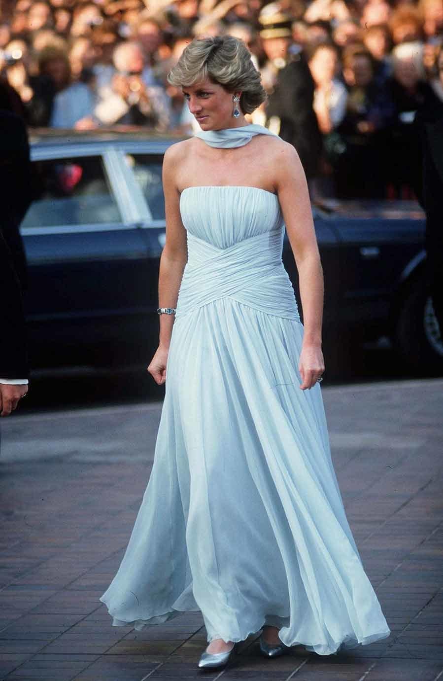 La princesa Diana deslumbró en la alfombra roja de 1987, donde apareció con el príncipe Carlos, con un precioso vestido de seda firmado por <strong>Catherine Walker,</strong> un diseño que se subastó en 2011 por 132.000 dólares.