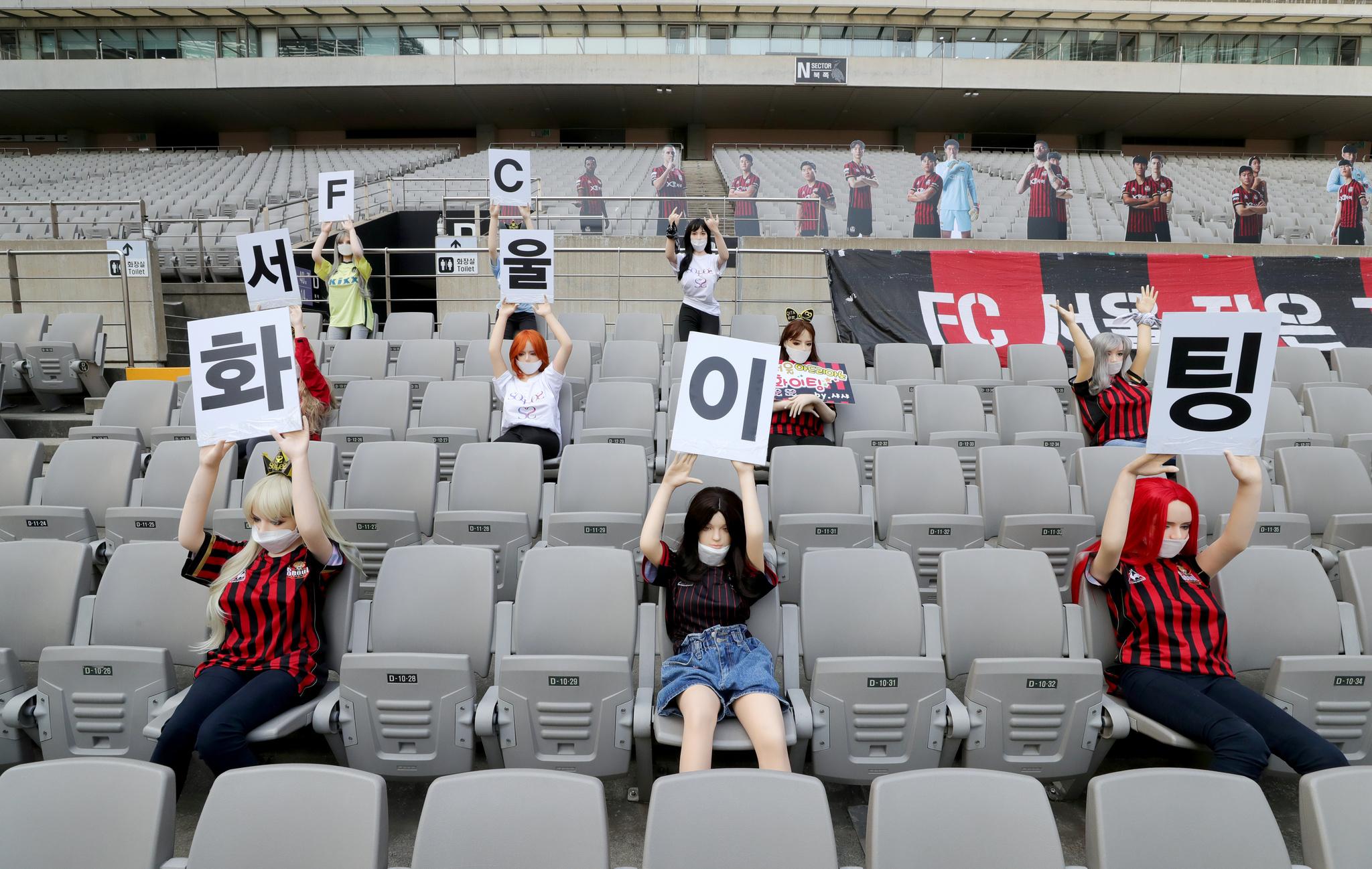 Muñecas hinchables, en la grada del estadio del Seúl FC.