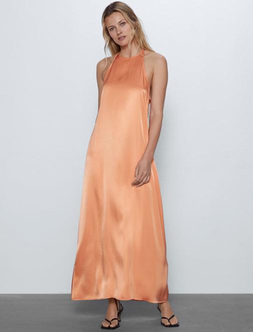 Vestido largo de cuello halter y lazada en la espalda de Zara. Su precio, 15,99 euros.