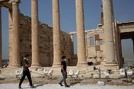 Dos turistas paseaban ayer por el Acrópolis de Atenas.
