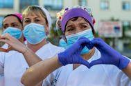 Personal del hospital Carlos Haya de Málaga agradecen este domingo los aplausos.