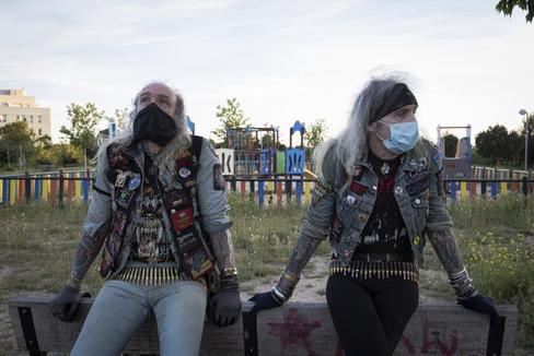 Emilio y José Alcázar, los 'heavys' de Gran Vía, en un parque de Madrid durante el estado de alarma por el coronavirus.