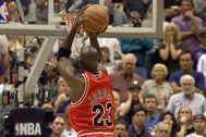 Michael Jordan, realizando el tiro decisivo ante los Jazz en 1998.