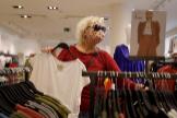 Una clienta escoge prendas en una tienda de ropa