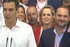 Tomás Sánchez Pacheco, detrás de Pedro Sánchez, en el discurso tras la victoria en las primarias.