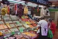 Uno de los puestos abiertos en el mercado de la Cebada.