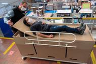 Una cama-lecho para pacientes Covid en la empresa Display ABC de Bogotá.