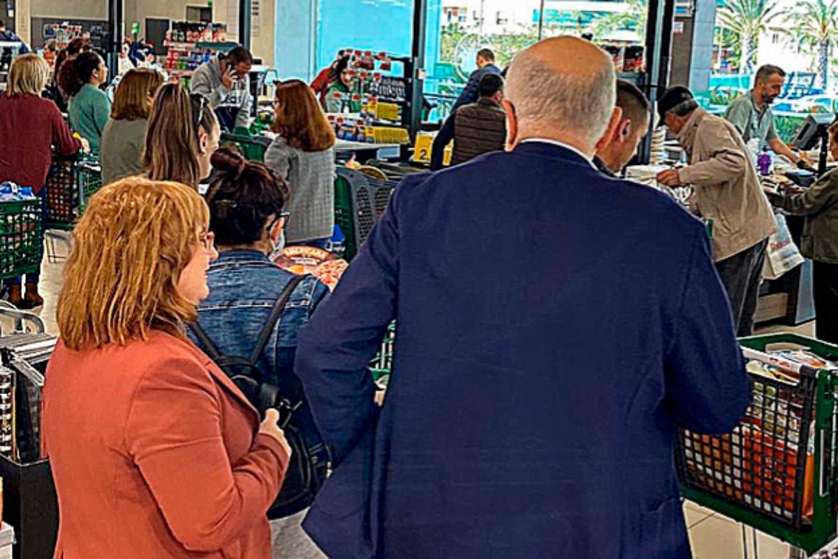 Juan Roig, el 14 de marzo, visitando uno de sus supermercados en Alicante.