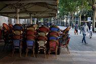 GRAF7568. lt;HIT gt;BARCELONA lt;/HIT gt;.- Aspecto de un restaurante cerrado de la Rambla de Cataluña, este lunes en lt;HIT gt;Barcelona lt;/HIT gt;. Madrid, el área metropolitana de lt;HIT gt;Barcelona lt;/HIT gt;, también muy afectada por la enfermedad, y amplias zonas urbanas de la región de Castilla y León se quedan a medio camino, en la fase 0,5: se atenúan las restricciones, pero no se autorizan las reuniones de familiares y amigos, el desplazamiento dentro de la provincia ni la apertura de terrazas de bares.