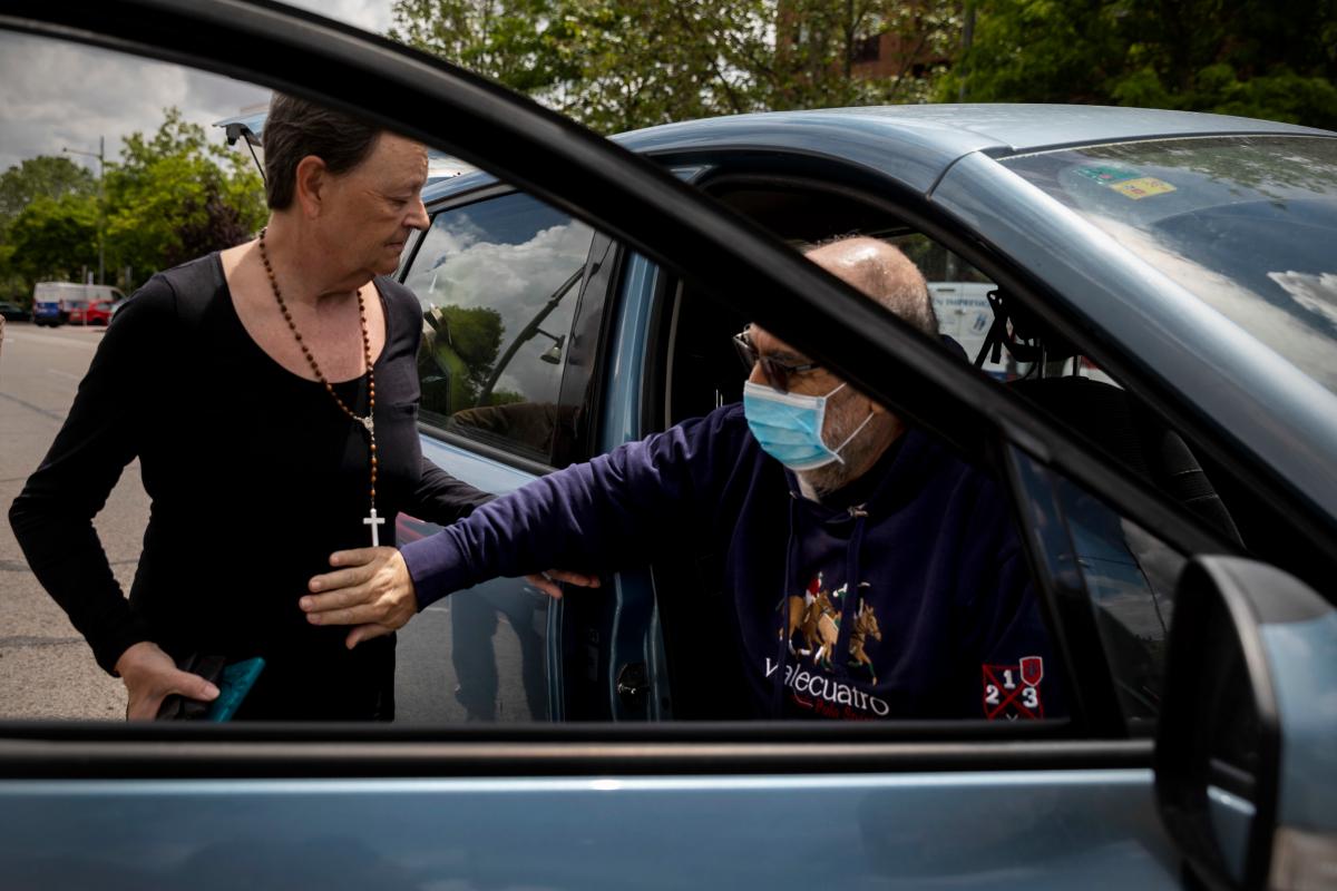 Fernando saluda a su mujer al llegar a casa, dos meses después de su ingreso en el hospital.