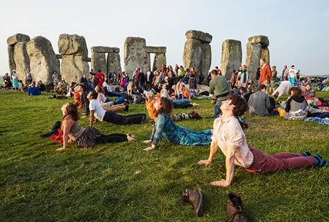 Yoga al amanecer en el solsticio de verano.