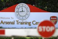 Entrada al campo de entrenamiento del Arsenal.